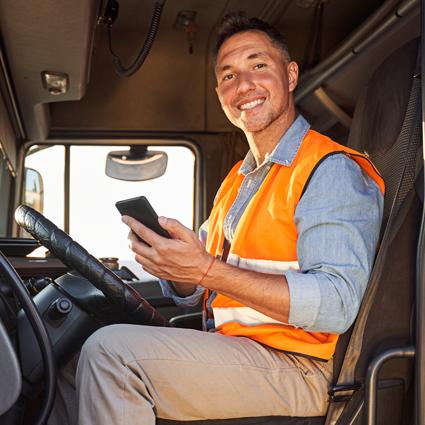 LKW Fahrer mit Smartphone